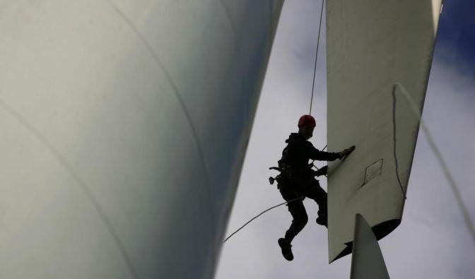 Industriekletterer auf Windenergieanlage (Foto)