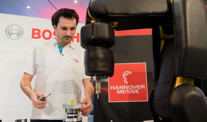 Ingenieur Jens Brutscher von der Robert Bosch GmbH demonstriert die Zusammenarbeit von Mensch und Roboter im Vorfeld der Industriemesse Hannover Messe.