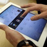 Ein Kunde testet in einem Apple Store in Oberhausen die Funktionen des iPad 2.