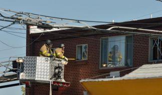 James Holmes hatte seine Wohnung komplett mit Sprengkörpern gesichert. FBI-Leute gehen mit größter Vorsicht vor. (Foto)
