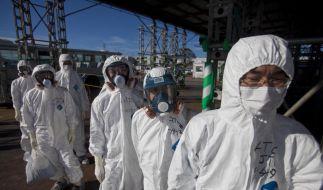 Japanische Arbeiter beim Einsatz auf dem Gelände des havarierten Atomkraftwerks Fukushima.  (Foto)