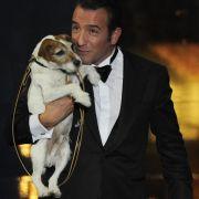 Oscar-Preisträger Jean Dujardin und sein Partner Uggie aus dem Film The Artist genießen den Triumph.