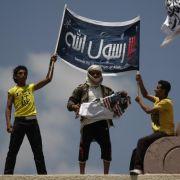 Jemeniten zerstören eine amerikanische Flagge als Protest gegen den Film The Innocence of Muslims.