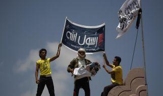 Jemeniten zerstören eine amerikanische Flagge als Protest gegen den Film The Innocence of Muslims. (Foto)