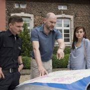 Jens Jensen (Florian Lukas, l.) und Süher Özlügül (Sophie Dal, r.) sehen sich an, wo der neue Campingplatz gebaut werden sollte. (Foto)