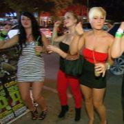 Jessica (2.v.re.) feiert ausgelassen mit ihren drei Freundinnen auf Ibiza. Was sie nicht weiß: Ihre Eltern sind ganz in der Nähe und beobachten sie.