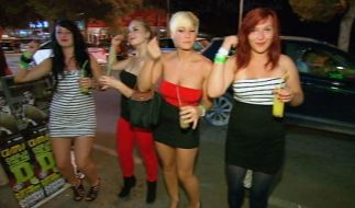 Jessica (2.v.re.) feiert ausgelassen mit ihren drei Freundinnen auf Ibiza. Was sie nicht weiß: Ihre Eltern sind ganz in der Nähe und beobachten sie. (Foto)