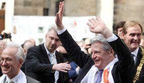 Joachim Gauck winkt den Menschen zu.  (Foto)