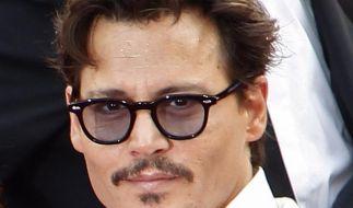 Johnny Depp bekämpft Jetlag mit Champagner (Foto)