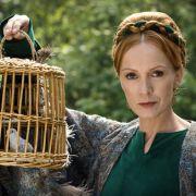 Die Zauberin (Katja Flint) hat Jorinde entführt und in eine Nachtigall verwandelt.