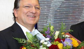 Jose Manuel Barroso, Präsident der EU-Kommission, freut sich sichtlich über die Auszeichnung. (Foto)