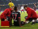 Jérôme Boateng wird am Spielfeldrand vom Mannschaftsarzt Volker Braun (l) behandelt. (Foto)