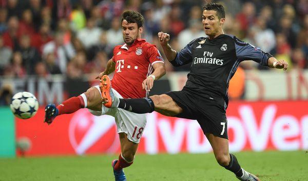 Juan Bernat (l.) aus München und Cristiano Ronaldo aus Madrid im Kampf um den Ball.