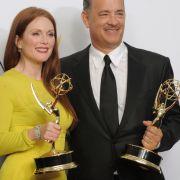 Julianne Moore und Tom Hanks freuen sich über ihre Emmys.