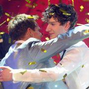 Juror Dieter Bohlen (links) gratuliert Jean-Michel Aweh zu seinem Sieg beim Supertalent.