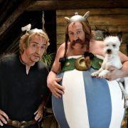 Kampflustige Gallier: Asterix (Edouard Baer, l) und Obelix (Gerard Depardieu).