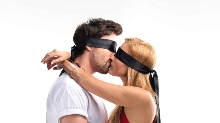"""Kann man nur durch küssen die große Liebe finden. In """"Kiss Bang Love"""" wagt eine junge Frau dieses Experiment. (Foto)"""