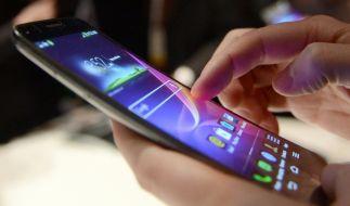Kann der übermäßige Gebrauch von Handys tatsächlich zu Fingerdeformierungen führen? (Foto)
