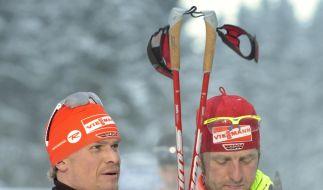Kaputt, aber weiter vorn dabei: Tobias Angerer umarmt Axel Teichmann. (Foto)