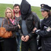 Katrin König (Anneke Kim Sarnau), Polizistin Petra (Anika Wangard) und Bukow (Charly Hübner) bringen Rolf Wendland (Thomas Sarbacher) in das Safehouse.