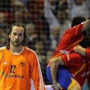 Keeper Silvio Heinevetter lässt nach der Niederlage den Kopf hängen, während Gastgeber Spanien im Hintergrund jubelt.