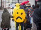 Kein Grund zum Lachen: Viele Karnevalsumzüge sind wegen eines Sturmtiefs abgesagt worden, wie hier im hessischen Seligenstadt. (Foto)