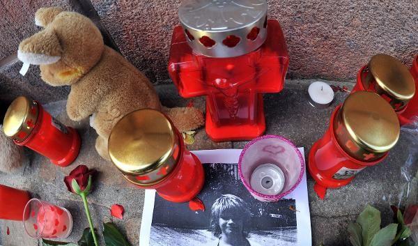 Kerzen, Blumen und Tiere für ein kleines Mädchen.  (Foto)