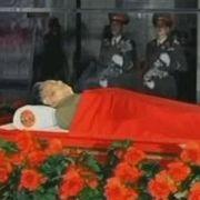 Im Rahmen der elftägigen Staatstrauer in Nordkorea ist der Leichnam des verstorbenen Machthabers Kim Jong Il öffentlich aufgebahrt worden.