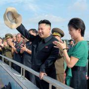 Kim Jong Un und seine Gattin Ri Sol Ju bei der Einweihung eines Freizeitparks.