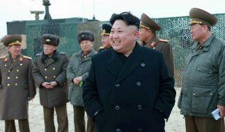 Kim Jong-un mit Militärs: Der nordkoreanische Führer hat seinen Militärchef Ri Yong-li hinrichten lassen. (Foto)