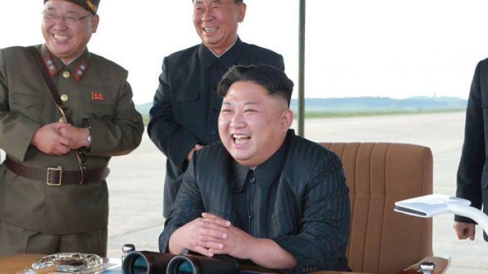 Kim Jong Un bei einem angeblichen Test einer Mittelstreckenrakete. (Foto)
