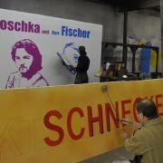 ... malt sein Mitarbeiter Rasit Karabas einen Schriftzug für den französischen Film Barfuß auf Nacktschnecken.