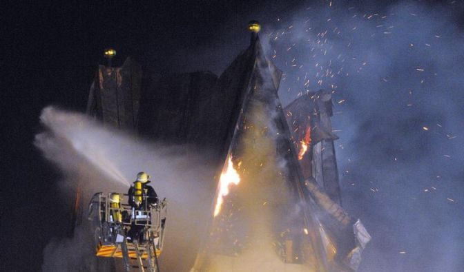 Kirche im Allgäu in Flammen: Turmspitze bricht ab (Foto)