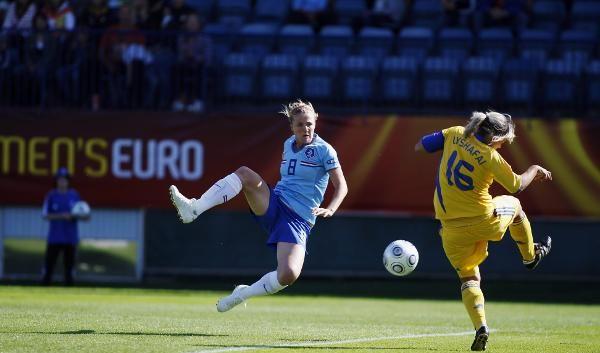Kirsten van De Ven (l.) schoss schon in der 5. Spielminute das erste Tor der EM. (Foto)