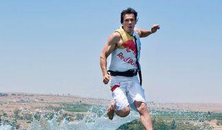 Kitesurfer läuft über den See Genezareth (Foto)