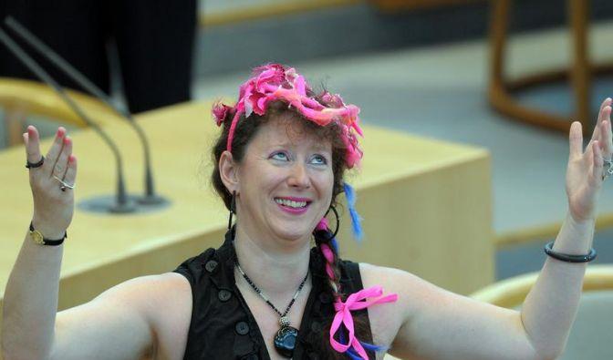 Kleider machen Politik: Andrea Milz fällt im Düsseldorfer Landtag gerne durch extravagente Outfits auf. (Foto)