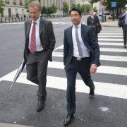 Kleiner Fußmarsch: Vizekanzler Philipp Rösler und der deutsche Botschafter Peter Ammon spazieren durch die amerikanische Hauptstadt.