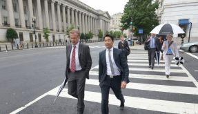 Kleiner Fußmarsch: Vizekanzler Philipp Rösler und der deutsche Botschafter Peter Ammon spazieren durch die amerikanische Hauptstadt. (Foto)