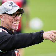 Kölns Trainer Peter Stöger dirigiert seine Mannschaft. (Foto)