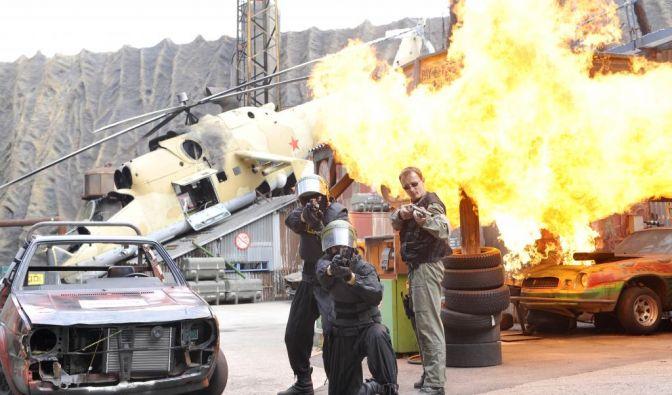 Körperbeherrschung vor Feuerkulisse: Die Stundshow im Filmpark Babelsberg gehört zu den Highlights für Besucher. (Foto)