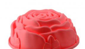 Köstlichkeit für Gaumen und Auge: Die Silikonbackform in Form einer Rose macht aus der Kaffeetafel ein Blumenbeet. (Foto)