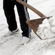Kommen Hauseigentümer dem Winterdienst nicht nach, drohen Schadenersatz und Schmerzensgeld.