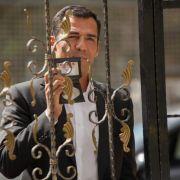 Kommissar Özakin (Erol Sander) steht vor dem luxuriösen Anwesen des populären Schauspielers Emrah Öztürk. (Foto)