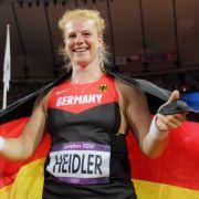 Konnte am Ende doch noch lachen: Hammerwerferin Betty Heidler nach dem Mess-Desaster im Wettkampf.