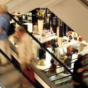 Die anhaltend gute Entwicklung am Arbeitsmarkt hat Konsumlaune wieder etwas angehoben.