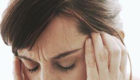 Kopfschmerzen und ein steifer Nacken deuten auf eine Hirnhautentzündung hin. (Foto)