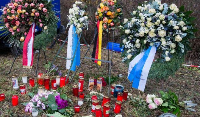 Kränze, Kerzen und Blumen liegen nahe der Unglücksstelle neben den Gleisen. (Foto)