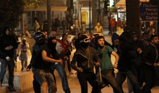 Krawalle nach Selbstmord von Rentner in Athen (Foto)