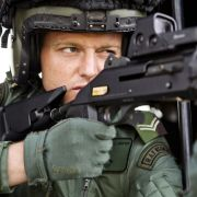 Krieg und Spiele: Dieser Scharfschütze der Royal Air Force trainiert von einem Helikopter aus den Terror-Ernstfall.