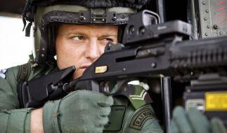 Krieg und Spiele: Dieser Scharfschütze der Royal Air Force trainiert von einem Helikopter aus den Terror-Ernstfall. (Foto)